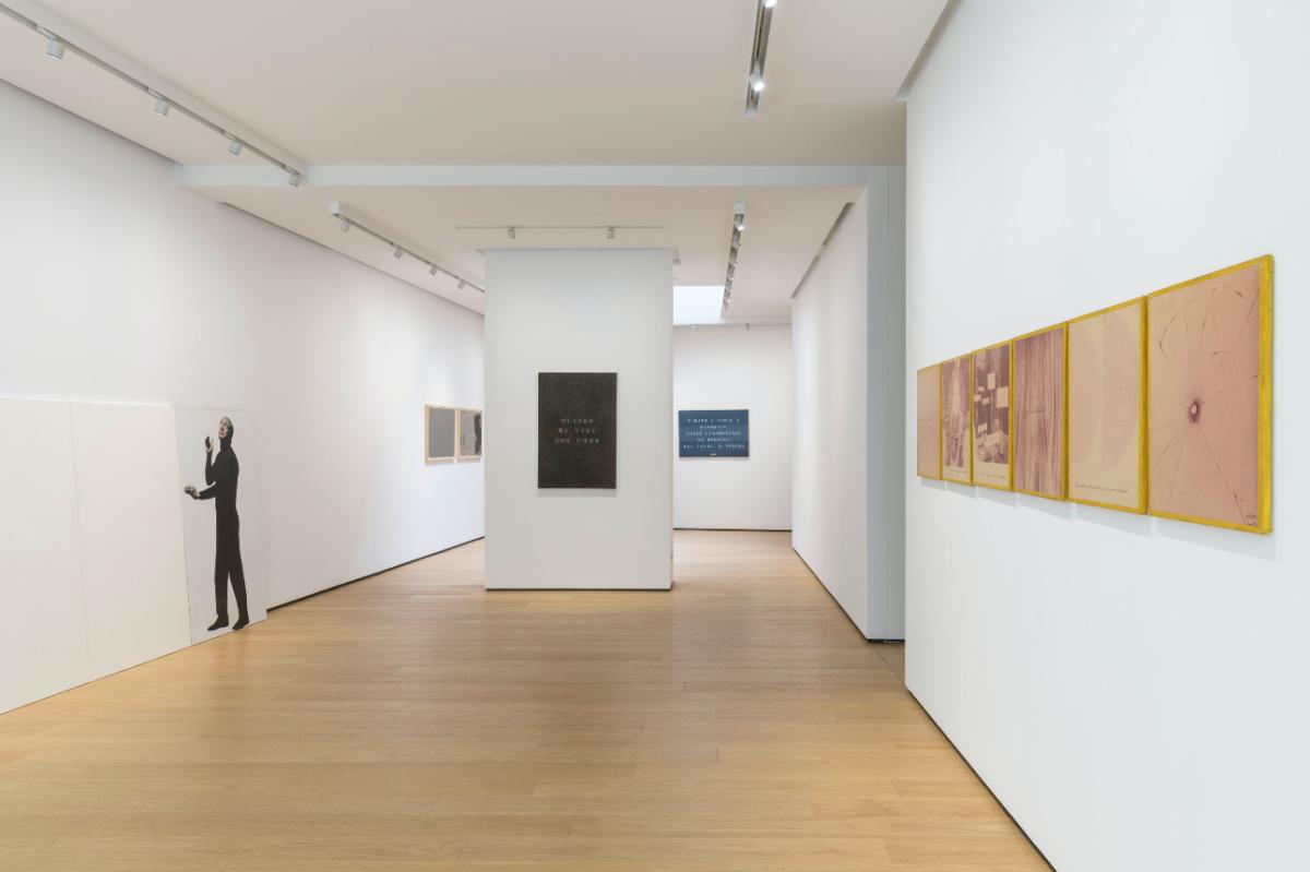 Vincenzo Agnetti, Autoritratti Ritratti - Scrivere, Enrico Castellani Piero Manzoni, installation view, © Roberto Marossi